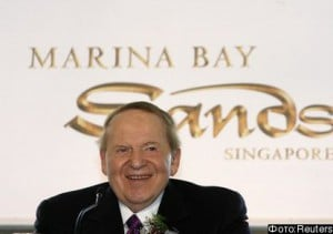 Sheldon Adelson, Chairman of the Board and Chief Executive Officer of Las Vegas Sands Corp., the parent company of Marina Bay Sands Pte Ltd, smiles during a news conference before the groundbreaking ceremony for the site of the casino in Singapore February 8, 2007. REUTERS/Vivek Prakash (SINGAPORE)